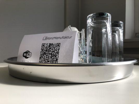 Tablett mit 2 Gläsern